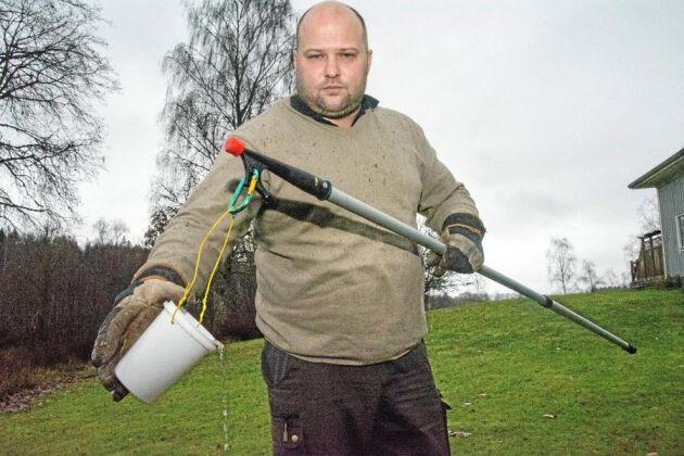 Rickard Carlsson har tagit fram en produkt som syresätter vattnet i avloppsbrunnen och med åtta olika bakterier som bryter ned avföringen och fettet så att slamtömningen inte längre behövs. Dessutom sänks fosforhalten i avloppsvattnet.
