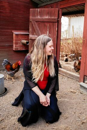 Therese älskar att vara med hönsen, som numera är för många för att få springa fritt.