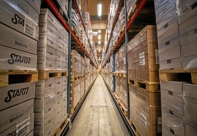 Omsättningshastigheten på lagret är hög. Här finns konsumentfärdiga produkter som exempelvis Start och pasta liksom råvaror för tillverkningen.