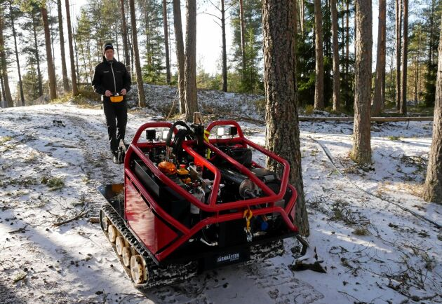 Konstruktören Henrik Kihlgren kör den nya Järnhästen Essence på behörigt avstånd.