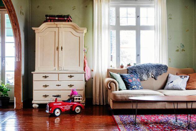I vardagsrummet sitter handmålade tapeter som den sista i släkten Börs lät uppföra.