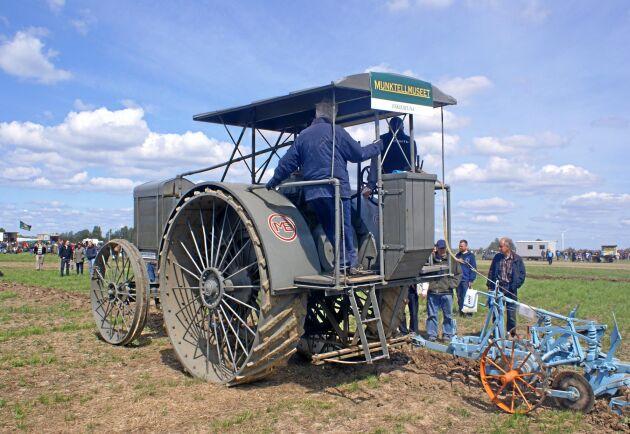 Vid en tävling i plöjning passade Munktellmuseet på att visa upp deras stora traktor från 1915. Beslutet att tillverka traktorn togs 1913. För 105 år sedan.