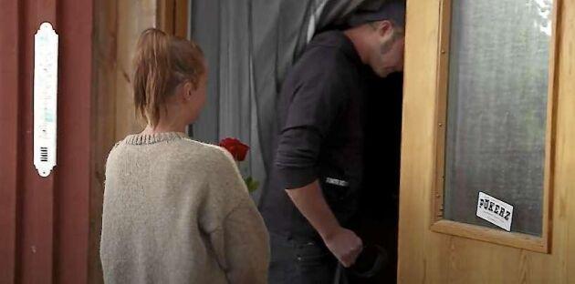 När Susanna ska sätta rosorna hon fått i vatten skymtar ett klistermärke med Hannes bands namn, Pökerz, på dörren.