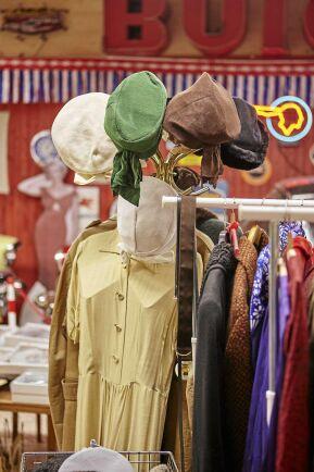 En del av butiken är en stor retroaffär, med kläder och prylar från 1950-, 1960- och 1970-tal. De byts ut efterhand som Stefan köper in nya partier.