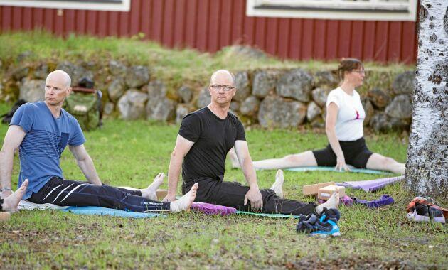 Robert Grape och Fredrik Kaarle är två av deltagarna vid Ulrika Falk Mörtbergs yogapass.