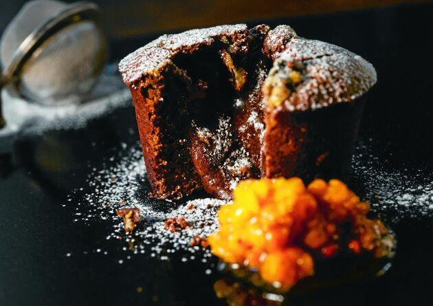 Himmelskt god chokladfondant serverad med hjortronmylta med vanilj – vansinnigt gott.