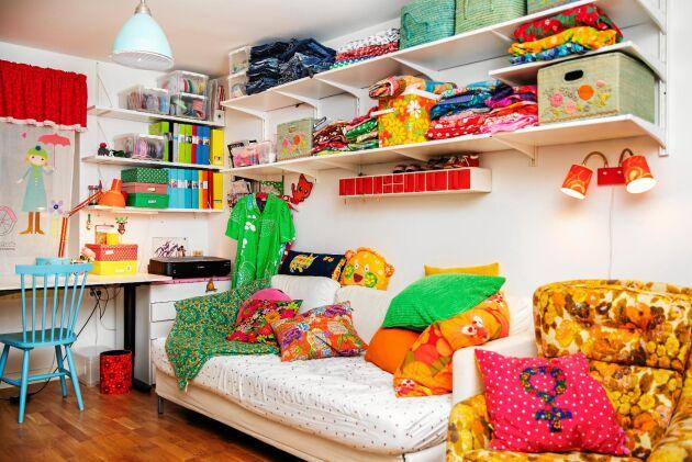 Längst in i huset finns Sofias kreativa plats med massor av sy- och skapatillbehör. Här finns också familjens TV-rum.