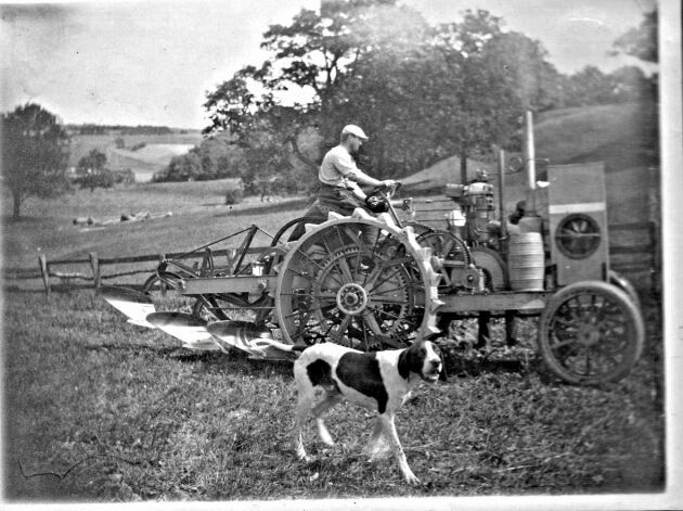"""Avance hette företaget som tillverkade traktorn """"motorplog"""". Den innebar en smärre revolution för lantbruket i Tomarp där bilden är tagen."""