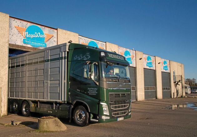 Djurtransporter som ska in i Danmark måste tvättas och desinficeras i någon av de tre tvätthallarna för att uppfylla Danish Standard.