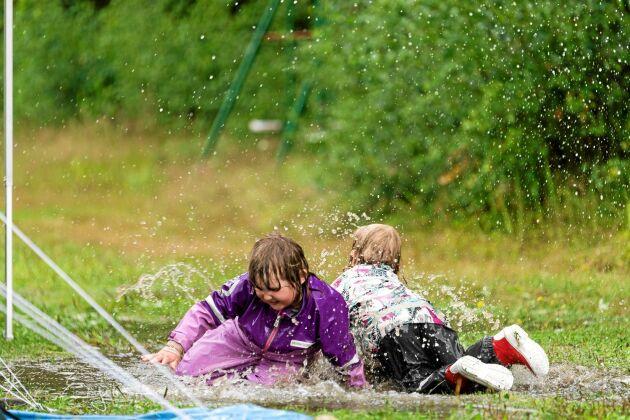 PLATS 6-10. Emma Engström var på hästtävling, men den fick brytas på grund av allt regn. I stället fick hon en härlig bild på blöta och glada barn.