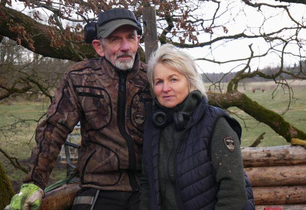 """""""Det var tufft i början men Kennerth har alltid funnits till hjälp, utan honom hade det inte gått"""", säger Tiina Olofsson om sin man som främst ansvarar för skogen och växtodlingen."""