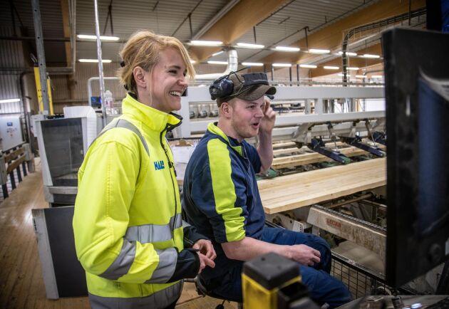 Kari Andersson och operatör Oscar Hagström på sågverket i Lässerud.