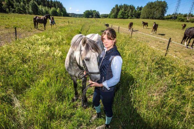 Mitt i betesmarken på Grana gård utanför Vallentuna, ett par mil norr om Stockholm, planeras den nya dragningen av väg 268. Louise Nyberg är fjärde generationen som vuxit upp på gården.