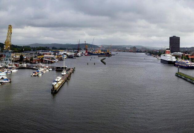 Ett fartyg på Göta älv har fått teknikproblem, vilket har lett till att två broar har fått nödöppnas. Utsikt över älven från Götaälvbron.