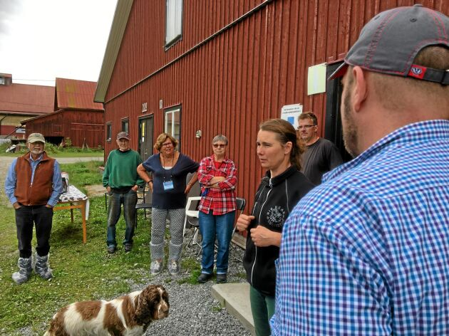 Susanne Larsson berättar för medlemmarna i Organic Valley om Folsberga gård. Hunden Pytte lyssnar också.
