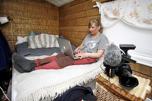 När Sofie har varit ute på uppdrag sitter hon i sin säng och skriver klart jobbet.