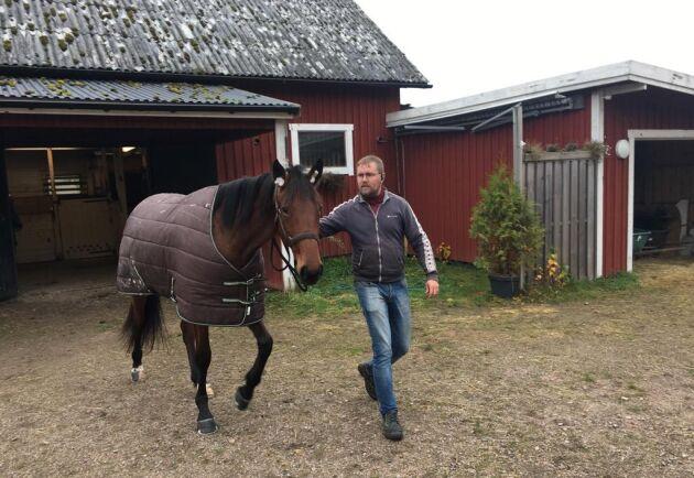 Företagaren Mats Augustsson har själv ett tiotal hästar hemma på gården i Halland. Här är han med en av sina travhästar, Living In The Fast Lane.