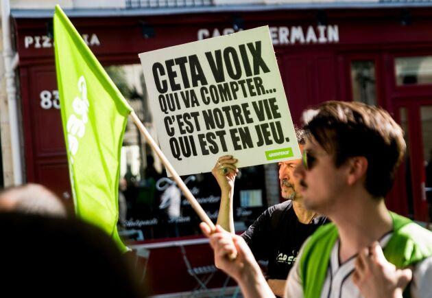 Protester mot CETA framför franska nationalförsamlingen inför att ledamöterna skulle rösta om handelsavtalet.