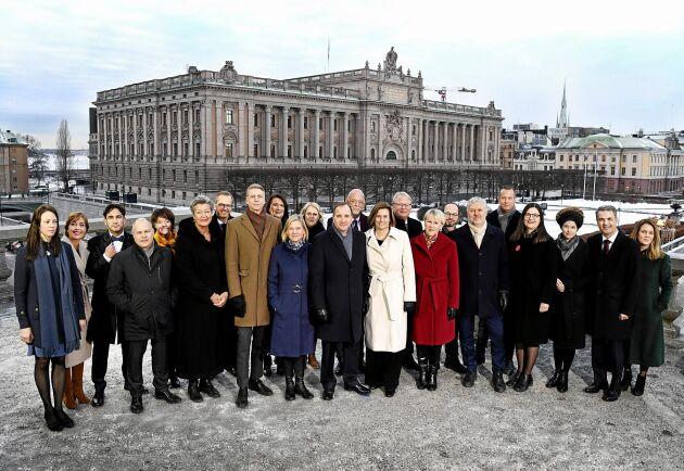 Statsminister Stefan Löfvens nya regering fotograferad på Lejonbacken framför Riksdagshuset i Stockholm.