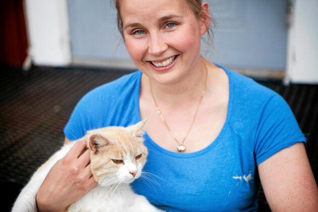 Sara Werner tar en paus i bakandet och gosar med katten Leo. Hon älskar sitt nya liv på landsbygden utanför Umeå.