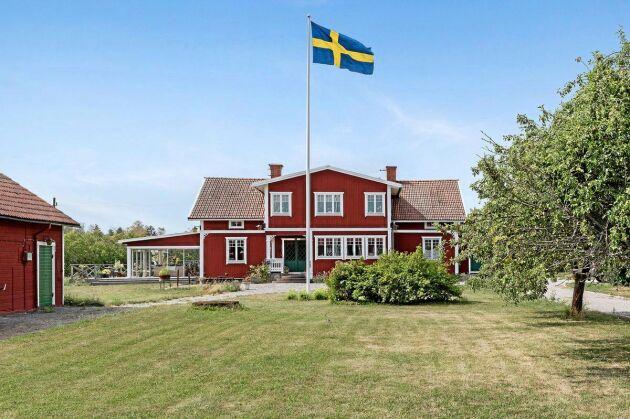Bostadshuset är från sekelskiftet och beskrivs som charmigt och karaktäristiskt.