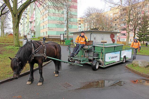 Att använda hästar för att samla in returpapper skonar inte bara miljön, det ökar även trivseln.