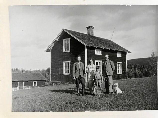 Bild från forna dagar på gården: Eriks farmors bror Halvar och hans hustru, tillsammans med Erics far, den lilla pojken som står främst. Mannen till vänster i bild är antagligen en dräng på gården.