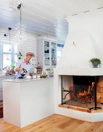 I det rymliga köket häller Jessica upp kaffe – här ska bjudas på nybakade bullar!