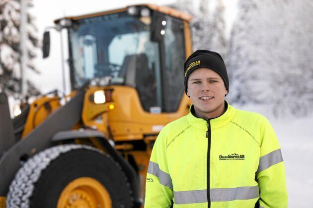 Satsar på egen entreprenadfirma. När Emil Öberg tog studenten i somras var köpet av hjullastaren redan klart.
