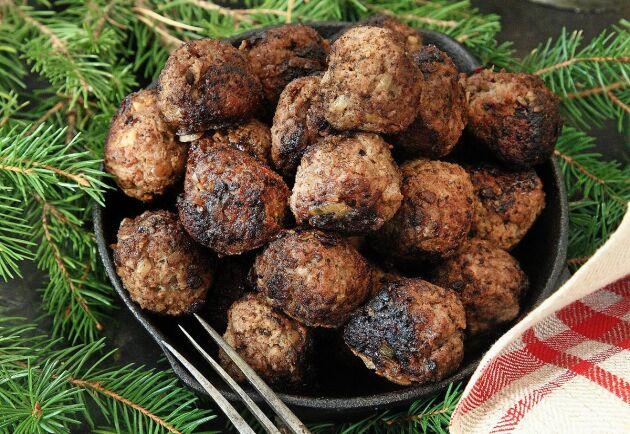 Små smakunderverk. Med kryddpeppar och ansjovis får de goda små köttbullarna en härlig smak som passar utmärkt i juletid. Älgfärsen går att byta mot nötfärs.