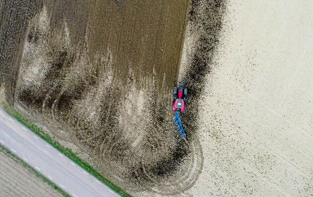 Utrymme. Vändningen med ögla kräver större vändteg, men om fältet är bredare än 100 meter så är det mest ekonomiskt.