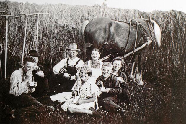Kaffepaus i slutet av 1930-talet. Magda längst fram, omgiven av bröderna Yngve, Bror och Ivar samt pappa Nils och mamma Märta.