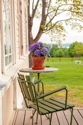 Från verandan har man en vacker utsikt ut över vattnet.