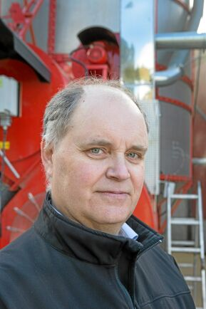 Lantmännens regionchef Hans Westbom vid den mobila torken.