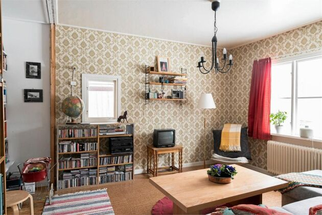 Stugan har ett ljust och luftigt vardagsrum.