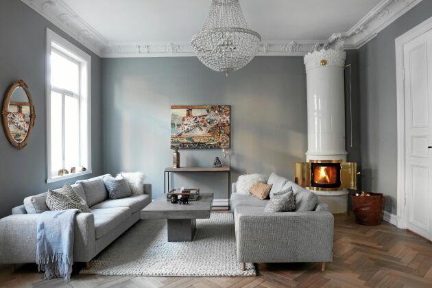 Vackrast blir det förstås om kakelugnens stil passar in i husets egen tidsålder. Här den jugendinspirerade ugnen Kungsholm med reliefkrona och fris.