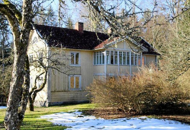 Boningshuset är charmigt men liksom övriga byggnader i stort behov av renovering.