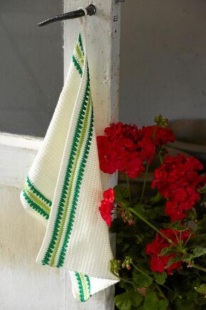 Fin virkad handduk med glatt gröna ränder.