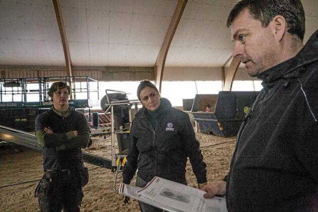 Snickaren Dennis Vang, Lisen Bratt Fredricson och värmeleverantören Jens Bladh diskuterar isoleringen av ridhuset.