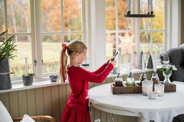 7-åriga Linnea gillar att hjälpa till med att tända ljusen i adventsstaken.