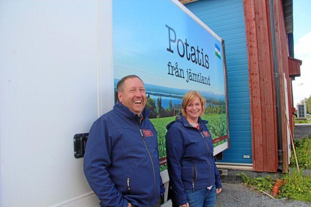 Marknadsföring av de egna produkterna har stor betydelse för att lyckas som lokal leverantör, konstaterar Magnus och Malin Larserud. När de tog över leveranserna i en bil som visar var potatisen kommer ifrån gick försäljningen upp.