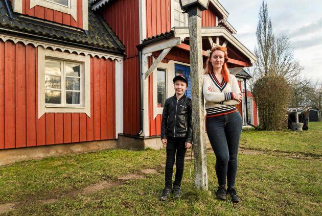 Lucas och Carolina framför familjens hus i öländska Långrälla.