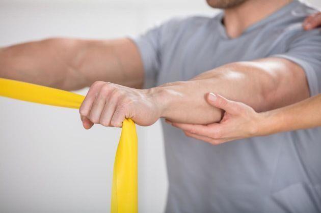 Gummiband är bra redskap för att träna de bortglömda kroppsdelarna.