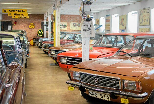 Längst fram syns en Opel Commodore, årsmodell 1975.