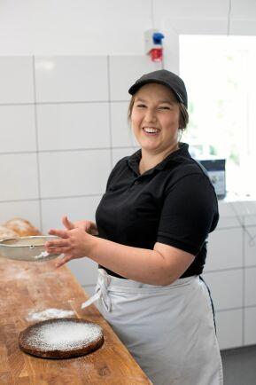 Josefin är utbildad bagare och konditor och är den som ansvarar för allt bröd och de flesta bakverken.