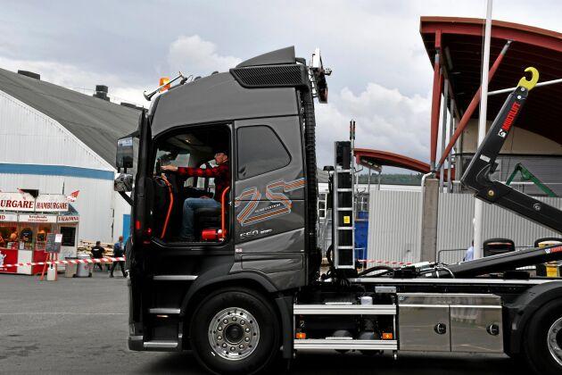 Volvo fjärrstyrda lastbil som styrs med fjärrkontroll utifrån.