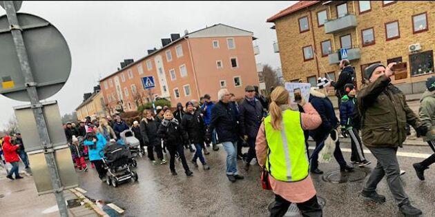 Hundratals i protest – men flyttbeslutet står fast