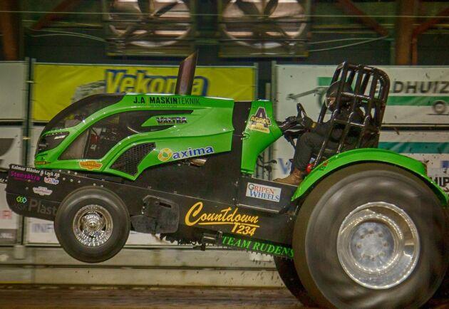 Teamet har tävlat på toppnivå inom traktorpulling sedan 2012 och körde i klassen Pro Stock fram till 2016. Traktorn gick då på diesel och utvecklade över 2 500 hästkrafter. Nu går den på metanol och har drygt 2 000 hästkrafter.