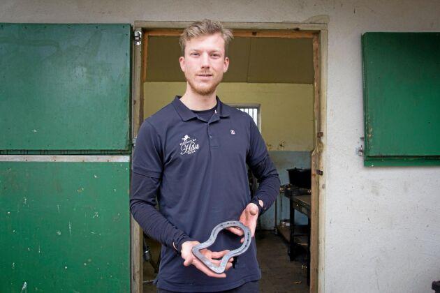 Jonatan Olsson visar upp en av skorna som gav honom en biljett till VM.