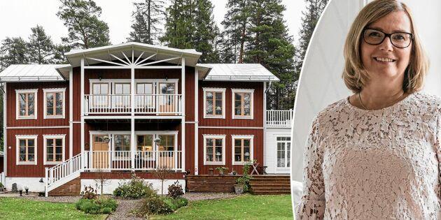 Kolla in Åsas 1990-talshus – som har en gammeldags stil